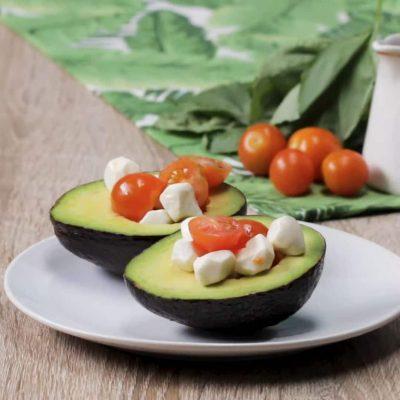 Капрезе в авокадо - пошаговый рецепт, основное фото 1